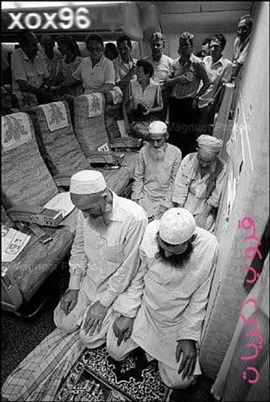 muslims-praying-in-an-airplane-1-12